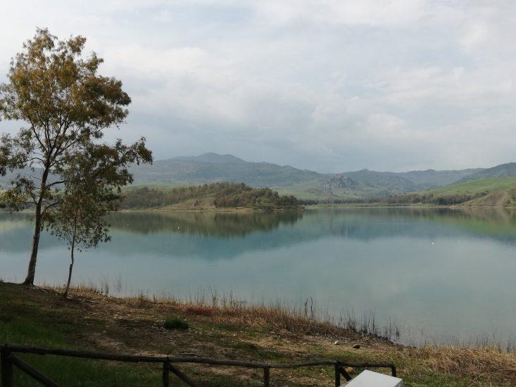 Passeggiata intorno al lago in Sicilia